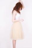 Muchacha de la moda en la falda de Tulle en el fondo blanco Fotos de archivo