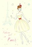 Muchacha de la moda en París cerca de la torre Eiffel Foto de archivo libre de regalías