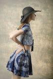 Muchacha de la moda en perfil fotografía de archivo libre de regalías
