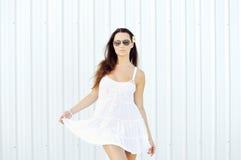 Muchacha de la moda en retrato al aire libre de las gafas de sol Fotografía de archivo