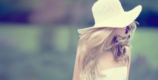 Muchacha de la moda en un paseo Imágenes de archivo libres de regalías
