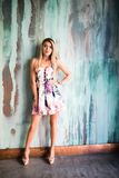 Muchacha de la moda de los jóvenes que presenta en el fondo de la pared del color Al aire libre, forma de vida imagen de archivo