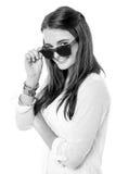 Muchacha de la moda que ajusta sus sombras Imágenes de archivo libres de regalías
