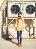 Muchacha de la moda que se coloca en la ciudad Fotografía de archivo