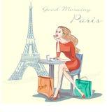 Muchacha de la moda que se sienta cerca de torre Eiffel Imágenes de archivo libres de regalías