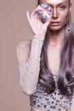Muchacha de la moda que sostiene el diamante en su mano Imagenes de archivo