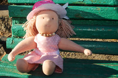 Muchacha de la muñeca en un vestido rosado Foto de archivo libre de regalías