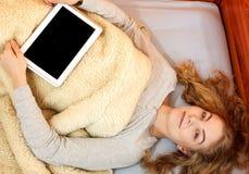 Muchacha de la mujer con la tableta Copyspace de la pantalla en blanco Imagen de archivo