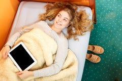 Muchacha de la mujer con la tableta Copyspace de la pantalla en blanco Foto de archivo libre de regalías