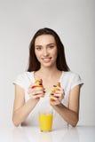 Muchacha de la mujer con las frutas en fondo del blanco gris Imagen de archivo