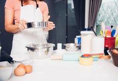 Muchacha de la mujer en cocina que cocina la pasta de la panadería del panadero Imagen de archivo libre de regalías