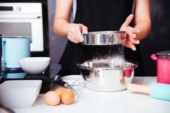 Muchacha de la mujer en cocina que cocina la pasta de la panadería del panadero Imagen de archivo