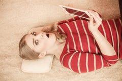 Muchacha de la mujer joven con Internet de la ojeada de la tableta Imagen de archivo libre de regalías
