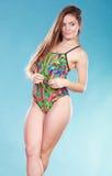 Muchacha de la mujer joven en traje de baño Silla de cubierta en la playa en Brighton Fotos de archivo