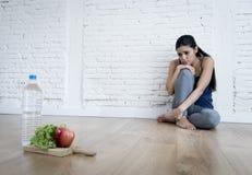 Muchacha de la mujer o del adolescente que se sienta en casa el trastorno alimentario sufridor preocupante solo de tierra de la n Fotos de archivo