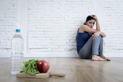 Muchacha de la mujer o del adolescente que se sienta en casa el trastorno alimentario sufridor preocupante solo de tierra de la n Foto de archivo libre de regalías
