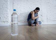 Muchacha de la mujer o del adolescente que se sienta en casa el trastorno alimentario sufridor preocupante solo de tierra de la n Imagen de archivo