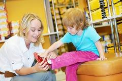 Muchacha de la mujer y del niño que hace compras Imagen de archivo libre de regalías