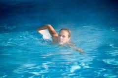 Muchacha de la natación fotografía de archivo