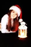 Muchacha de la Navidad con la linterna de la iluminación sobre obscuridad Imagen de archivo libre de regalías