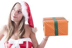 Muchacha de la Navidad con un sombrero rojo y los regalos de la Navidad Imagen de archivo libre de regalías