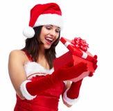Muchacha de la Navidad del ayudante de Papá Noel con un presente. Foto de archivo