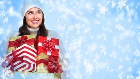 Muchacha de la Navidad del ayudante de Papá Noel con un regalo. Imagen de archivo