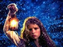 Muchacha de la Navidad en bosque del invierno con la linterna Imagen de archivo