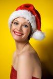 Muchacha de la Navidad en el sombrero de santa Foto de archivo