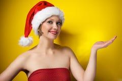 Muchacha de la Navidad en el sombrero de santa Imágenes de archivo libres de regalías