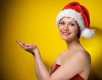 Muchacha de la Navidad en el sombrero de santa Foto de archivo libre de regalías