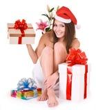 Muchacha de la Navidad en el sombrero de santa, rectángulo de regalo del grupo en balneario Fotografía de archivo libre de regalías