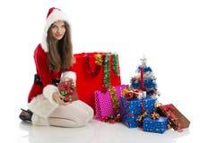 Muchacha de la Navidad que lleva a cabo el presente fotografía de archivo libre de regalías