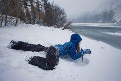 Muchacha de la nieve en el lago gigantesco, California fotos de archivo