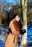 Muchacha de la nieve que se divierte el invierno, haciendo la bola de nieve Imagen de archivo libre de regalías