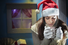 Muchacha de la noche de la Navidad que espera su amor foto de archivo libre de regalías