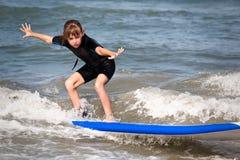 Muchacha de la persona que practica surf Fotos de archivo