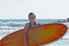 Muchacha de la persona que practica surf. Imagen de archivo libre de regalías