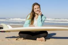 Muchacha de la persona que practica surf Imagen de archivo