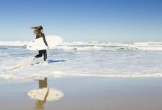 Muchacha de la persona que practica surf Fotografía de archivo