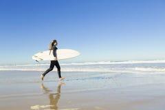 Muchacha de la persona que practica surf Imagenes de archivo