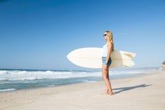Muchacha de la persona que practica surf de Blode Imagenes de archivo