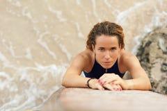 Muchacha de la persona que practica surf del retrato en bikini con la tabla hawaiana en la playa Fotos de archivo libres de regalías