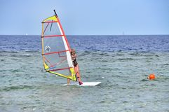 Muchacha de la persona que practica surf del viento Foto de archivo