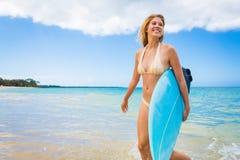 Muchacha de la persona que practica surf en bikini con la tabla hawaiana Fotos de archivo