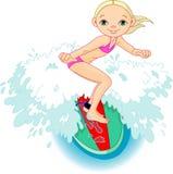 Muchacha de la persona que practica surf en la acción