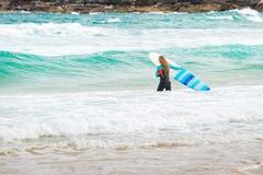 Muchacha de la persona que practica surf en la playa de Bondi Imagen de archivo