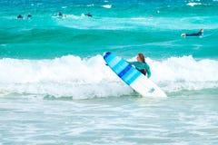 Muchacha de la persona que practica surf en la playa de Bondi Fotos de archivo