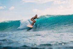 Muchacha de la persona que practica surf en la tabla hawaiana Persona que practica surf y onda Fotos de archivo libres de regalías
