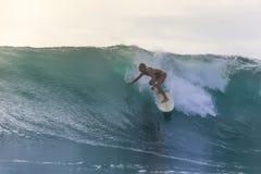 Muchacha de la persona que practica surf en una onda Fotos de archivo libres de regalías